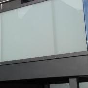 SMS Stahl- & Metallbau Seligenstadt - Anbaubalkon mit Stahlgeländer pulverbeschichtet, Milchglas & Klarglas, Edelstahlhandlauf