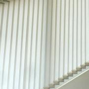 Vertica Sonnenschutzsysteme GmbH Vertikale Lamellenvorhänge als Schräg-Anlage